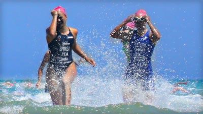 due-nuotatrici-al-mare