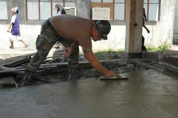 lavoratore-posa-cemento-per-pavimento