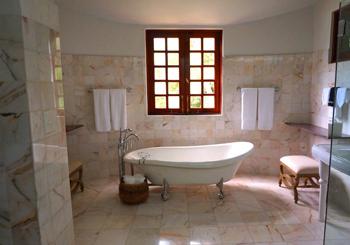 Idee per arredare bagno stretto e lungo costok