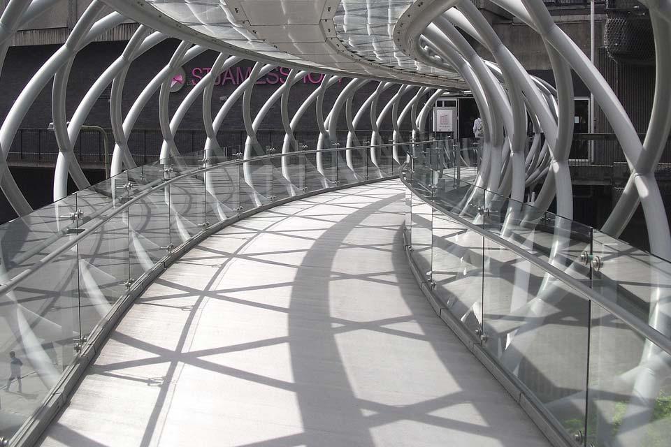 ringhiera in vetro su ponte pedonale