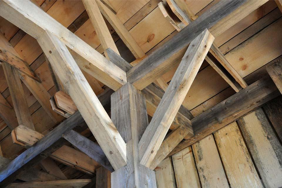 soffitto con travi in legno