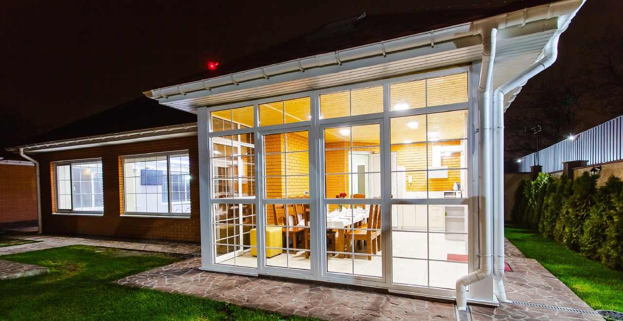 esterno di una casa con veranda in vetro
